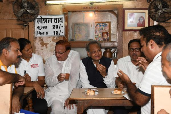 Chief Minister Ashok Gehlot enjoys tea in the wide way