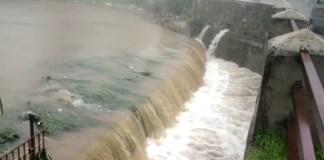 मानसून की दस्तक के साथ ही माउंट आबू में बुधवार रात से शुरू हुई बारिश के बाद बहते बरसाती नाले।