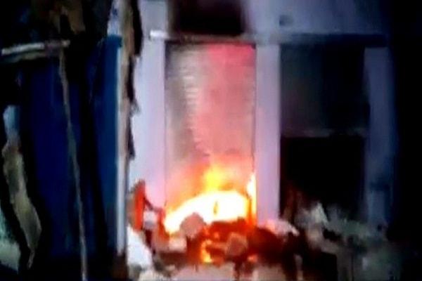 Communal uproar burnt 15 shops in Agra, ransacked homes