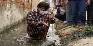Minister cleaning himself after getting into dirty sewer, people appreciated very much