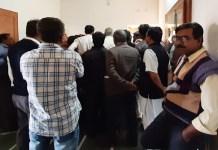 भाजपा जिला कार्यालय में चुनाव प्रभारी का घेराव करते खड़े सिरोही के पदाधिकारी व कार्यकर्ता।