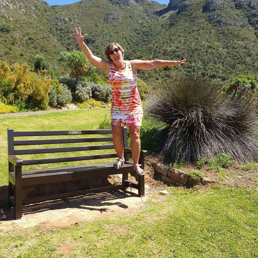 springende vrouw in botanische tuin van kaapstad zuid afrika