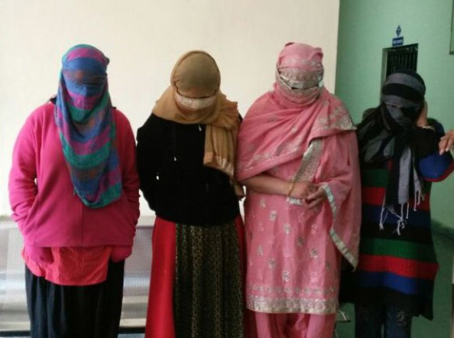The guest house was the girls of Delhi, the SP and the CO, went to the plain clothes, showing the big truth