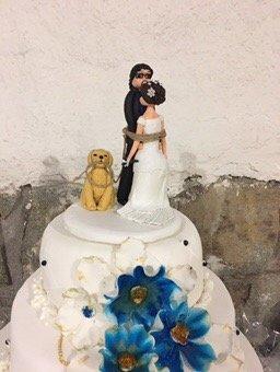 Torta de novios decorada con flores azules