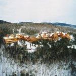 Vue aérienne de l'hôtel Sacacomie en hiver à St-Alexis-des-monts.