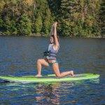 Yoga sur un Paddle board sur le lac sacacomie. Venez profitez des plaisirs de l'été à l'hôtel Sacacomie.