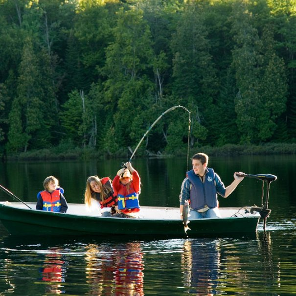 Pêche en famille sur le lac Sacacomie. Une des nombreuses activités offertes à l'hôtel Sacacomie.