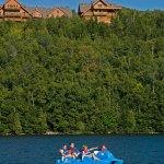 Pédalo en famille sur le lac Sacacomie, une des nombreuses activités d'été offertes gratuitement à l'hôtel Sacacomie.