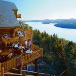 Vue sur le lac sacacomie et terrasse du restaurant de l'hôtel Sacacomie.