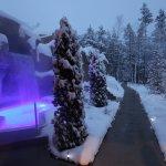 Chute d'eau froide et trottoirs chauffants, le Geos Spa de l'hôtel Sacacomie en hiver.