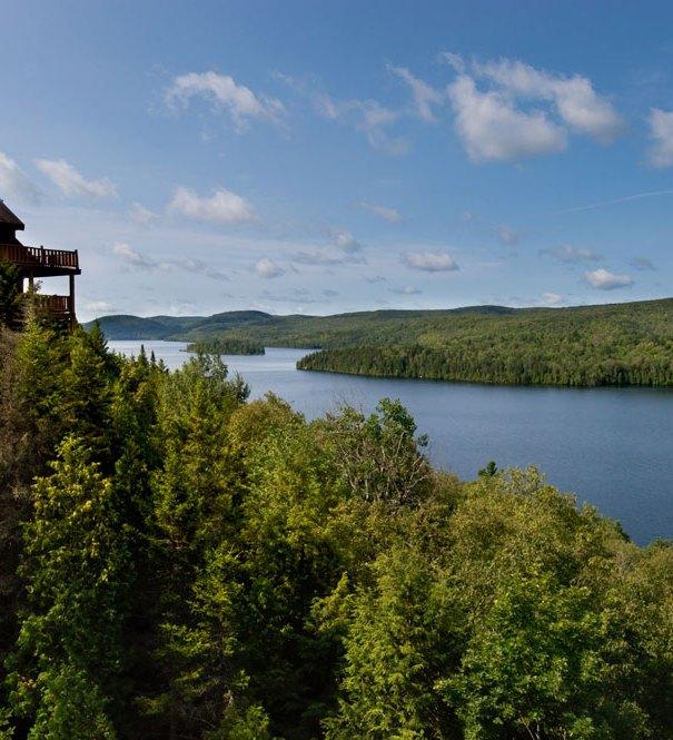 L'hôtel Sacacomie dans la réserve Mastigouche. Magnifique vue sur le lac Sacacomie.