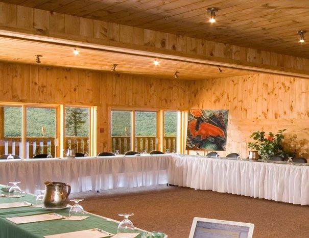 L'une des magnifique salle de congrès disponible à l'hôtel Sacacomie. Magnifique vue sur le Lac Sacacomie pendant vos réunions.