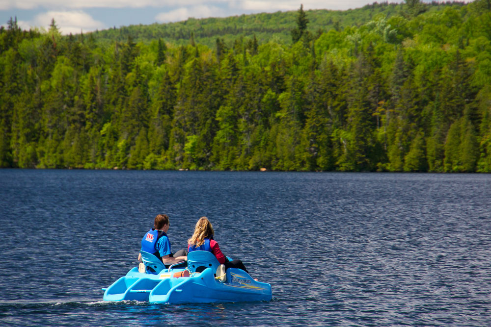Duo en pédalo sur le magnifique lac Sacacomie, Hôtel sacacomie