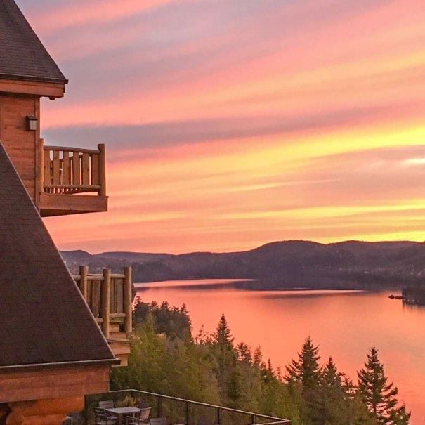 Coucher de soleil sur le lac Sacacomie. Terrasse restaurant.