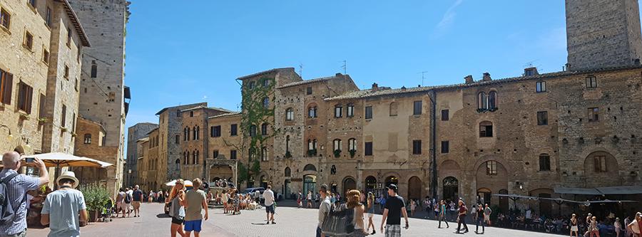 Piazza della Cisterna in San Gimignano_