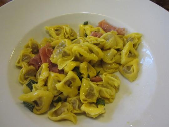 Tortellini mit Salbei und Parmaschinken: sieht gut aus, schmeckt gut.