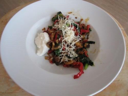 Es ist angerichtet: noch ein bisschen Parmesan extra und der gute Büffel-Mozzarella - mehr braucht es nicht für einen Veggie-Lunch