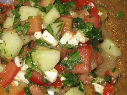 Tomaten, Gurken, Schafskäse und ganz viel Petersilie: dieser Salat erfrischt!
