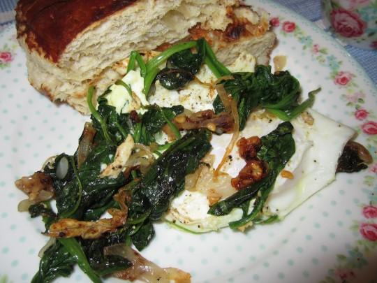 Trüffel-Ei mit frischem Spinat und Brezn-Semmel