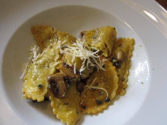 Frische Ravioli mit Salbei und Egerlingen