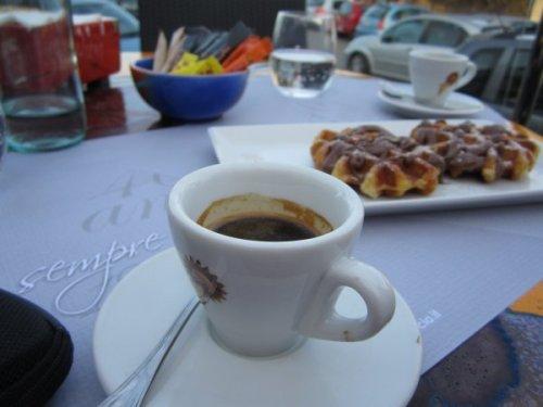 Der Kaffee schmeckt auch besser. Im Hintergrund ein paar Waffeln, die dem kranken Gatten zur Besserung verhalfen.