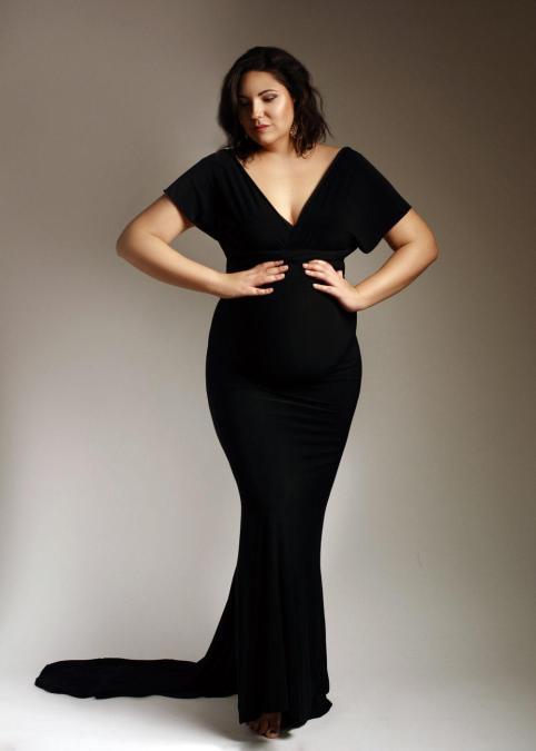 fotografia-ciążowa-w-czarnej-dopasowanej-sukni
