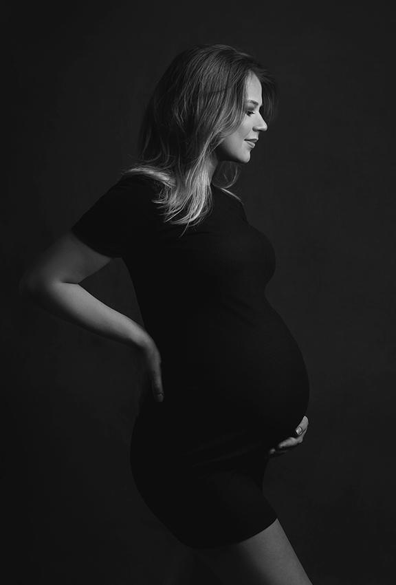 klasyczna czarna sukienka do sesji ciążowych