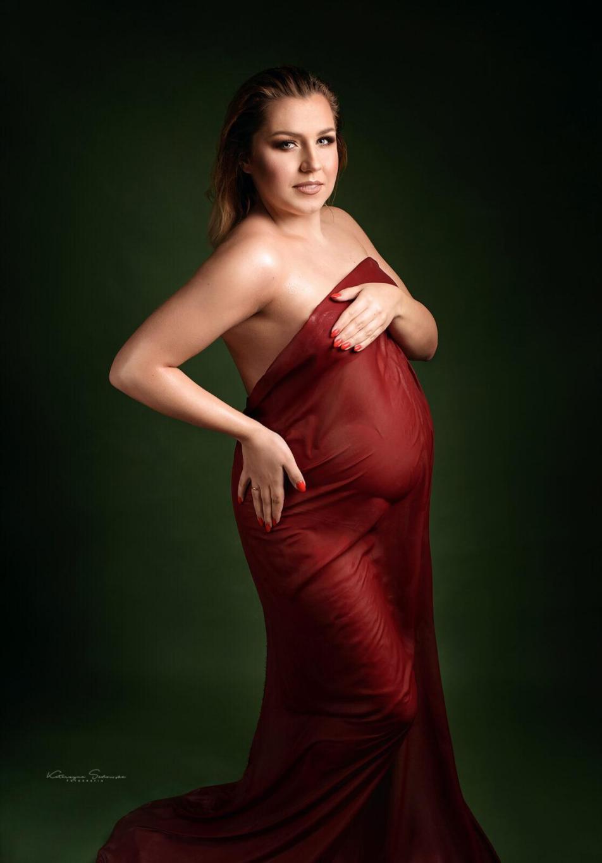 sesja-ciążowa-w-czerwieni-na-mokro