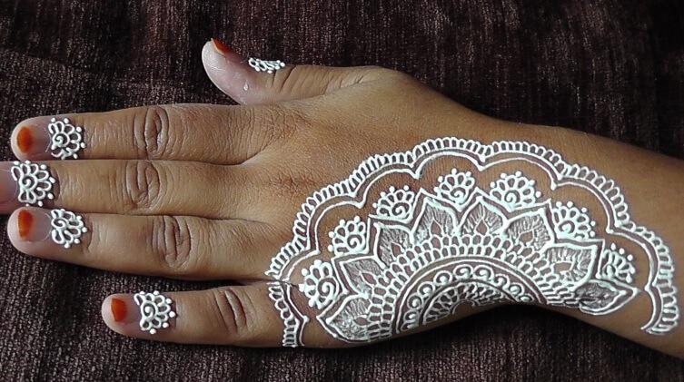 henna putih tangan motif bunga