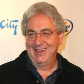 "Se n'è andato il 24 febbraio 2014 a 70 anni non compiuti. Scrittore, attore e regista, iniziò la sua carriera a Second City. Attore in ""Stripes"" e ""Ghostbusters"", come regista ha firmato film come ""Palla da golf"", ""Ricomincio da capo"", ""Terapia e pallottole""."