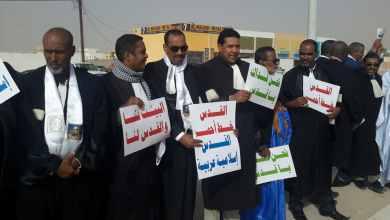 Photo of موريتانيا: محامون وصحفيون يحتجون أمام السفارة الأمريكية