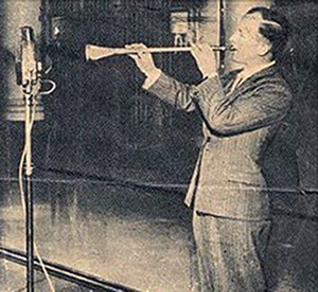 صورة لأول نفخة في البوق بعد اكتشافه عام ١٩٣٩ من طرف إذاعة البي بي سي