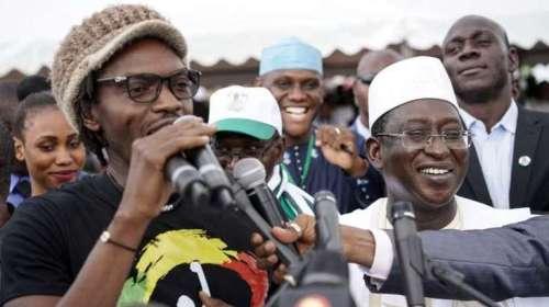 الناشط الشبابي «راس باث» رفقة زعيم المعارضة (وكالات)