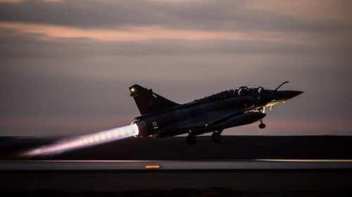 طائرة ميراج 2000 وهي تحلق لتشن قصفاً جوياً على موقع كتيبة ماسينا (الجيش الفرنسي)