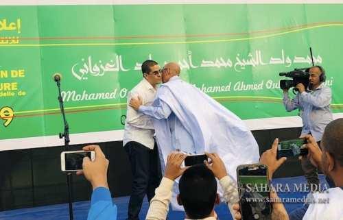 محمد ولد الغزواني وهو يعانق الصحفي الذي أنعش الحفل بعد صعوده للمنصة (صحراء ميديا)