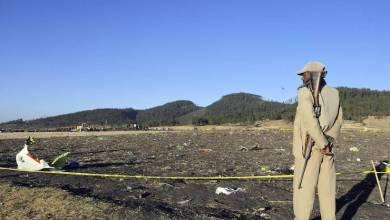 جندي إثيوبي يحرس حطام الطائرة المنكوبة (وكالات)