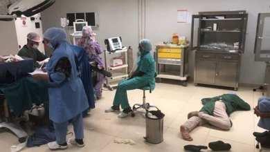 Photo of صورة جراح يفترش الأرض تثير تعاطف الموريتانيين