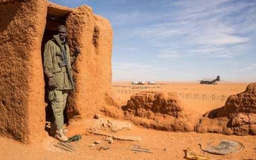 جندي يحرس قاعدة مادام القريبة من الحدود مع ليبيا (أرشيف)