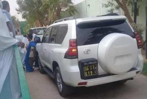 سيارة وزير الصحة أمام مستشفى حمد في بوتلميت (فيسبوك)