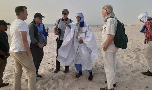 مع بعض أعضاء فريق فيلم السجين 760 في زيارة خاطفة للبلد من أجل التحضير (مصدر الصورة صفحة ولد الصلاحي على الفيسبوك)