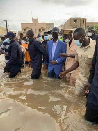 وزير الداخلية السنغالي وسط مستنقع بدكار