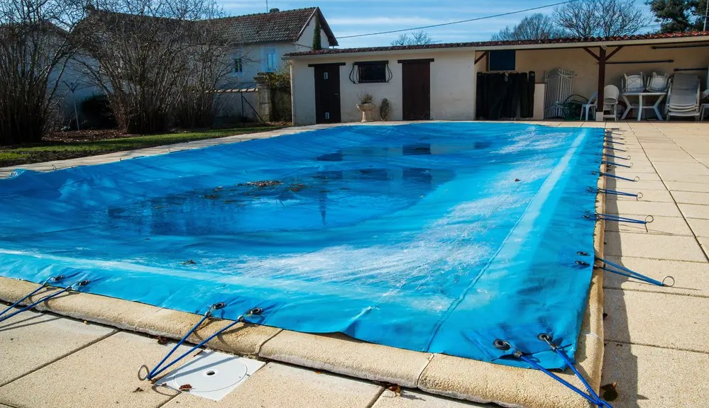 a swimming pool with winter cover
