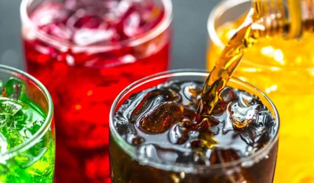 المشروبات الغازية وعصائر الفواكه المليئ بالسكّر