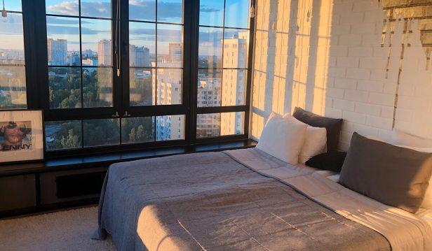 نور الشمس في غرفة النوم