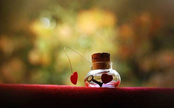 Kabul  ediyorum ayarsız sevdiğim doğrudur.Ama bana da hak ver,Sen şiir gibi tutmasaydın ellerimden,Cenneti seyire dalmasaydım  gözlerinden,Böyle çılgınca cümleler dökülür müydü kalemimden.?Sonuçta  benimde söz geçmeyen serseri bir yüreğim var.Yoksa çoktan vazgeçmiştim kendime verdiğim sözlerimden.Çoktan silmiştim avuçlarımdan titreyen avuçlarını.Ama gel gör ki tırnak diplerime kadar sen doluyum ben.Yorgan oluyorsun ayaz düşlerimin üryan hallerine.Kaçıp saklanarak değil öpüp koklayarak uyanıyorum sevdana.Ondandır seni arş-ı aleme sığdıramayışım.Ondandır madebimdeki saçlarına tutuşup yanışım.Sen salınarak süzülürken gözbebeklerime,Ben kaç romana savaş açmışım,Kaç şairi sürgüne yollayıp,Kaç şiiri  asmışım biliyormusun?Evet kabul ediyorum,Sınırsız seviyorum seni.Göğsümü gere gere adını haykırmak, en büyük ibadetim oluyor.En çokta o çocuksu hallerimize bayılıyorum,Hani her defasında ben daha çok seviyorum deyip inatlaşıyoruz ya, Sonra senin gönlün olsun diye tamam deyip kabulleniyorum ve boynuma sarılıp aşkım diyorsun ya işte o zaman tüm kelimeler önemi yitiriyor be hatun.O an sadece sesin yankılanıyor adı sevda olan tüm kentlerde.Bendeki bu yürek seni alalade sevmeme izin vermiyor.Sen benim hayalim,helalim,hatunum begonya bahçemsin Sen benim gönlümde  biriktirdiğim tek servetimsin.Ne olur hayallerimi büyütürken yanımda ol.Tamam kabul ilkim değilsin ama,ne olur sonum ol sonsuzum ol.Sahildeki Şair Sinan Yıldızlı#Şair #Şiir #Kitap #edebiyat #şiirsokakta #yazarlarsokagi #aşk #söz #felsefe #gece #hasret #özlemek #özlem #yüzük #deniz #duygu