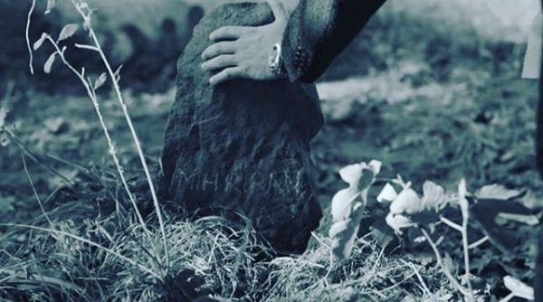 #çukur #cukurSahipsiz bir mezar şimdi her yanımGözümde eriyor o güzel yüzünGönül yaralandı acıyor canımMahşere mi kaldı verdiğin sözün?Çilekeş bu ömür sensiz geçer mi?Yüreğe saplanan paslı hançer mi?Ölümsüz sevdim diyen göçer mi?mahşere mi kaldı verdiğin sözün ?Yaşıyorum işte belli belirsizİçimdeki bir boşluk derin tarifsizŞimdi hem öksüzüm hemde sahipsizMahşere mi kaldı verdiğin sözünBir aşka düştüm gözümde yaşlarGözlerim kurusa yüreğim başlarSöyle boşuna mı bu  yakarışlar?Mahşere mi kaldı verdiğin sözün?Mevsimlere inat sen hep bahardınKim bilir hangi iklime kandınKollarımdan kayıp toprağı sardınMahşere mi kaldı verdiğin sözün?Şimdi sen yoksun ya tüm şehir sağırÇok sürmez beni de öldürür kahır Ölüm en kolayı yokluğun ağırMahşere mi kaldı verdiğin sözün?Sinan Yıldızlı