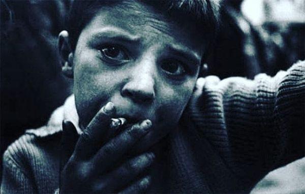 Abla bir sigaran var mı?Diye boynunu büken tinerci bir çocuğun,Bakışlarındaki çaresiz bekleyiş gibi büktüm boynumu,Kirliydi belki göz kapaklarım,Ama tertemiz bakıyordum hayata,Çaresizlikten, çare çıkartırcasına veÇıkarsızcasına seviyordum seni,Yanan bir sevda sıkıştırıverdinİzmarit kokan avuçlarıma,Ömrü iki fırt, ya sürer ya sürmez,Dudaklarıma alıp içime çeksem taaa ciğerim yanar,Elimde tutup beklesen yüreğim,Neyse mevzu derin,Bir sigaran var mı be abla…? Sinan Yıldızlı #Farkındamısın #sahildekisair #şiirsokakta #söz #felsefe#gece #özlemek#özlem #Kitap#edebiyat