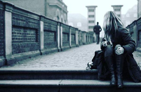 Bu aşkın katili olmayacaktın!Tertemiz aşkıma nasılda kıydın?Hani sen gülüm dün solmayacak tın?Verdiğin sözlerden ne çabuk caydın?Yüreğine kutsal bir sevda ekmiştim.Bütün geçmişime resti çekmiştim.Ölürüm  sana diye yemin etmiştin.Verdiğin sözlerden ne çabuk caydın?Ömrümü uğruna etmişken feda.Zoruma gidiyor bu sevimsiz eda.Çok canımı yaktı zamansız veda.Verdiğin sözlerden ne çabuk caydın?istediğin kadar yak, ben yanmam artıkBundan sonra kimseye inanmam artıkSenden başka sevmek mi? hiç sanmam artık.verdiğin sözlerden ne çabuk caydın?Seviyorum deyişin yalanmış meğer.Bu muydu sevene verdiğin değer?Yürek yangın yeri kül oldu ciğer.Verdiğin sözlerden ne çabuk caydın?Şimdi git geriye gelme bir daha.Sev ama sevilme, gülme bir daha.Adımı diline sürme bir daha.Verdiğin sözlerden ne çabuk caydın?Sinan Yıldızlı/Sahildeki Şair#Şair#Şiir #şiirsokakta#söz #edebiyat #yeni #ask #beklemek #busözlerisanayazdım #yeni #hasret#mey #ayrılık #repost