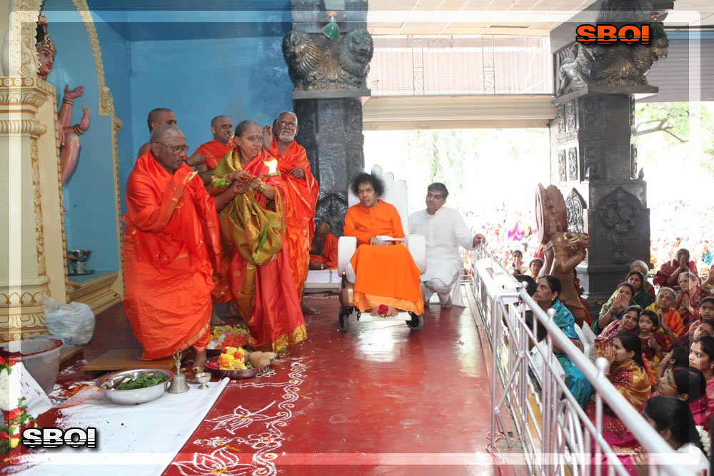 https://i0.wp.com/www.saibabaofindia.com/aug-oct2010/5-sathya-sai-baba-darshan-in-prasanthi-today-oct-2010.jpg