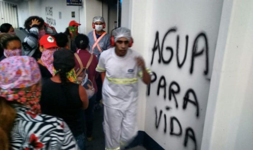 Mulheres do MST ocupam Nestlé para denunciar privatição das águas